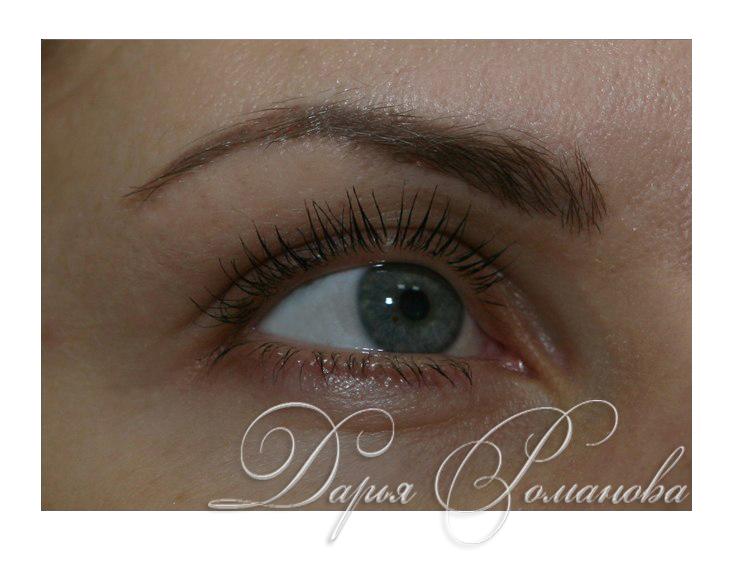 Дарья Романова не только мастер татуажа, но еще и визажист, именно поэтому она делает размытие на головке брови. Современные техники перманентного макияжа могут воплотить все тенденции макияжа.