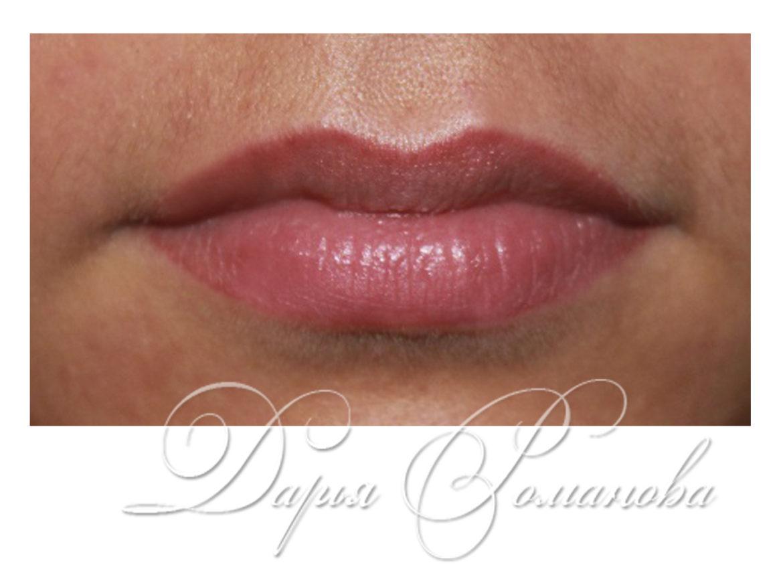 Классическая форма татуажа губ. Перманентный макияж с небольшим акцентом на контур.