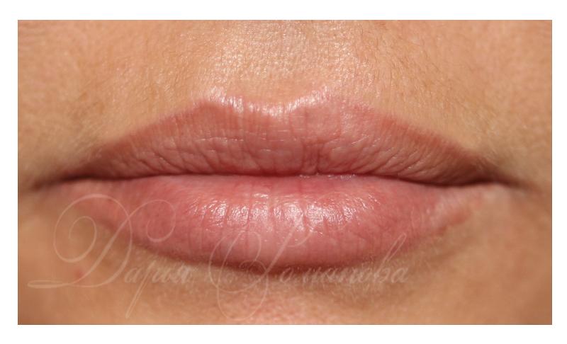 Светлый татуаж губ. Перманентный макияж губ нежного персикового цвета.